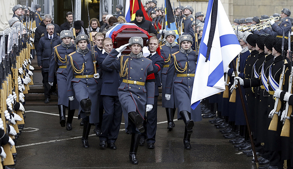 Personnel carry the coffin containing the body of Russian ambassador to Turkey Andrei Karlov, who was shot dead by an off-duty policeman while delivering a speech in an Ankara art gallery on December 19, after a memorial service in Moscow, Russia December 22, 2016. REUTERS/Sergei Ilnitsky/Pool - RTX2W4WV