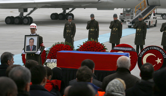 Flag-wrapped coffin of late Russian Ambassador to Turkey Andrei Karlov is carried to a plane during a ceremony at Esenboga airport in Ankara, Turkey, December 20, 2016. REUTERS/Umit Bektas - RTX2VV41