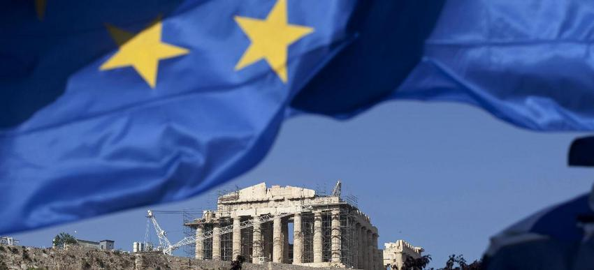 """A Greek national flag flies beneath the Parthenon temple on Acropolis hill in Athens, Greece, on Tuesday, May 1, 2012. It is """"entirely possible"""" IMF, EU will refuse to make next payment to Greece if new govt doesn't fulfill its commitments, UBS's Stephane Deo says in note to clients before May 6 elections. Photographer: Simon Dawson/Bloomberg"""