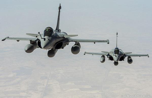 """Dans le cadre d'une action internationale contre """"l'état islamique"""", la France s'engage dans une coalition avec ses moyens prépositionnés dans le golfe persique. Les premières missions réalisées sont des missions de renseignement. Deux Rafale équipés de pods de reconnaissance """"reco NG"""" en vol au-dessus de l'Irak."""