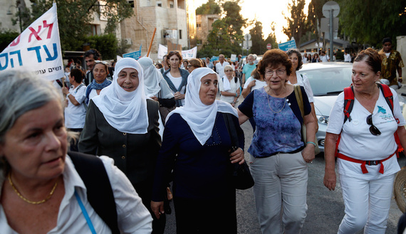 Women take part in a rally, the closing event of the March of Hope, a 2-week-long event organised by Women Wage Peace, a non-political movement calling for a peaceful solution to the Israeli-Palestinian conflict and women's participation in such a solution, outside Israeli Prime Minister Benjamin Netanyahu's office in Jerusalem October 19, 2016. REUTERS/Baz Ratner - RTX2PJSP