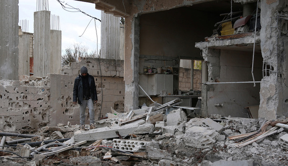 A man inspects a damaged house after an airstrike on al-Yadouda village, in Deraa Governorate, Syria February 15, 2017. REUTERS/Alaa Al-Faqir - RTSYUBP