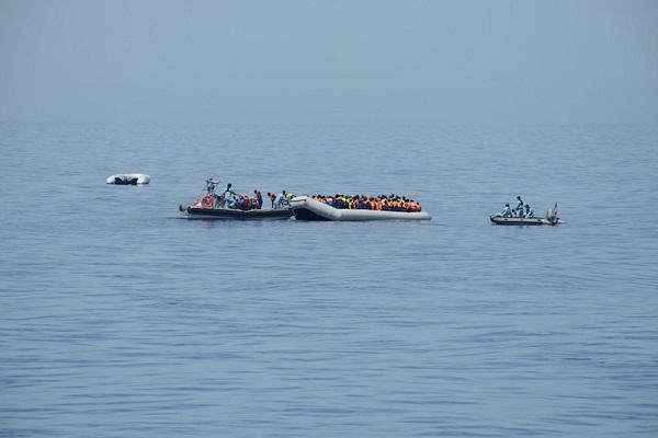 Ce samedi 2 mai, le patrouilleur de haute mer de la marine nationale « Commandant Birot », engagé dans l'opération Triton, dans le cadre de FRONTEX, a reçu une mission du centre de coordination des opérations de sauvetage de Rome (MRCC Rome - Maritime rescue coordination center) afin de porter assistance à trois embarcations signalées en détresse en haute mer au nord des côtes libyennes. Arrivée sur zone, le « Commandant Birot », doté de vivres, de médicaments, de matériel médical et sanitaire, a porté secours à plusieurs dizaines de naufragés en détresse et intercepté deux présumés « passeurs ». Au bilan, 217 hommes ont été recueillis par l'équipage de la marine ; deux ont été pris en charge par le médecin et les infirmiers militaires français à bord.